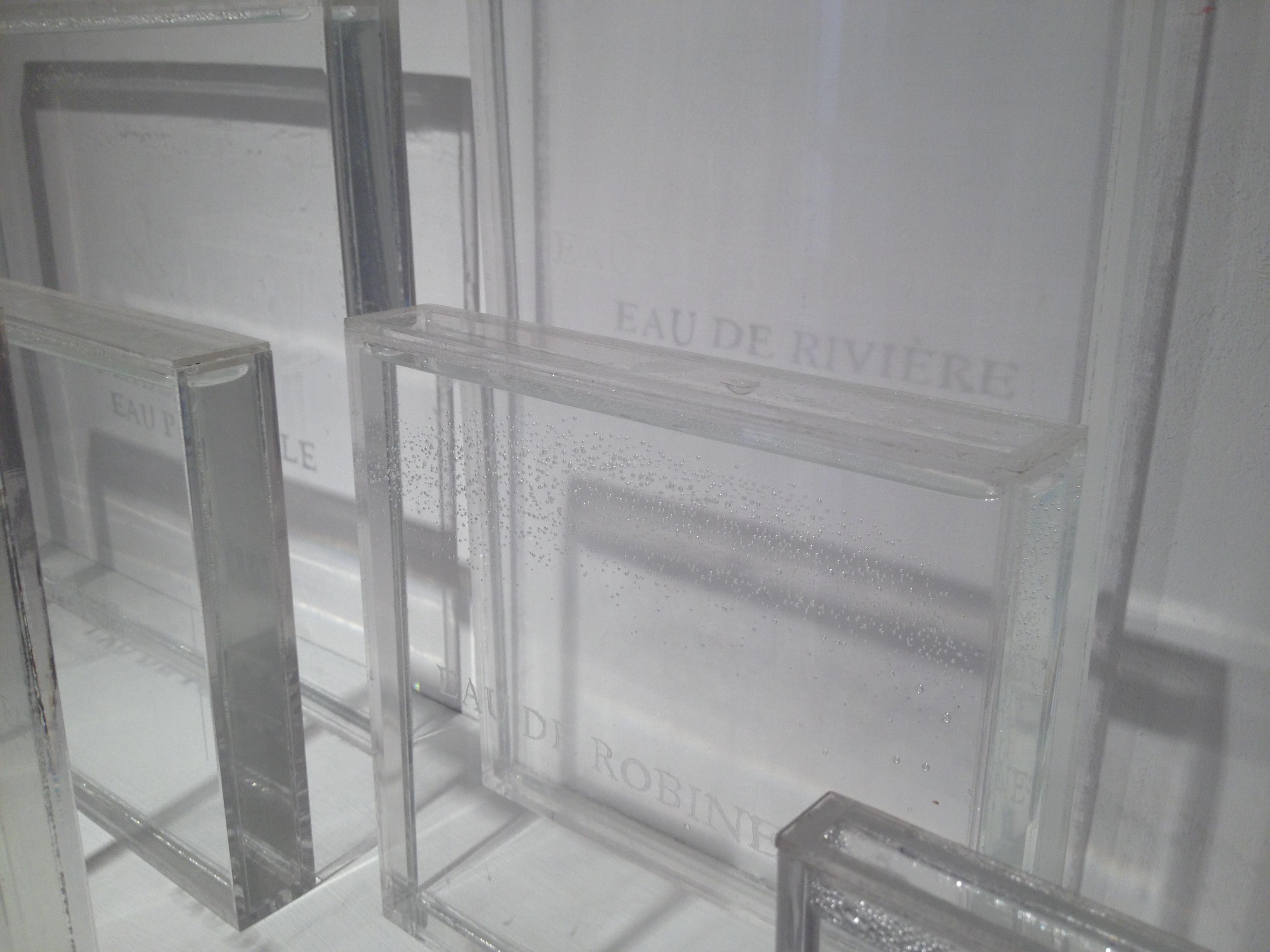 Jeannette Betancourt, Rabat/Salé, 2013. Sept containers acrylique, eaux récoltées à Rabat et Salé. Copyright de l'artiste